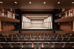 舞台と客席の距離が近く一体感が得られる716席の「サウスホール」
