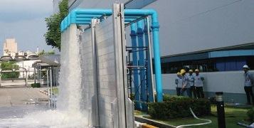 タイの生産拠点におけるBCP訓練の様子(止水壁の組み立てと排水ポンプの起動訓練)