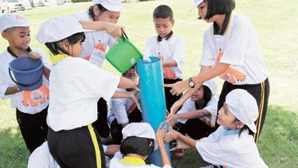 ゲーム形式で、楽しみながらチームワークの重要性を学ぶワークショップの様子